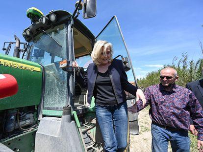 Le Pen baja de un tractor en Saint-Gilles, al sur de Francia, en una visita a una granja de vino y arroz el 20 de mayo.