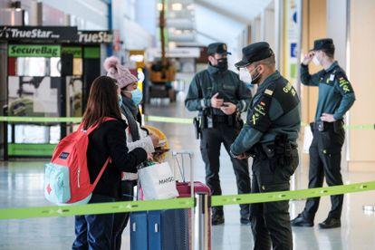 Dos pasajeros pasan un control de la Guardia Civil en el aeropuerto de Ibiza, el 23 de enero.