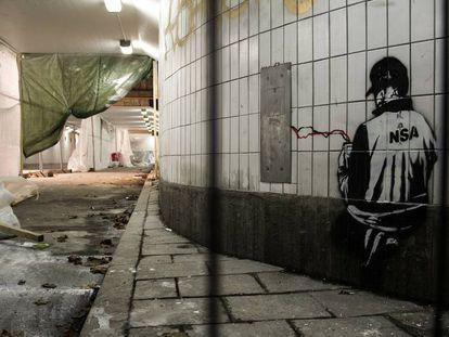 La filtración de Shadow Brokers fue un caso peor para la NSA que el caso Snowden. En la imagen, un grafiti sobre la agencia estadounidense en Estocolmo (Suecia).