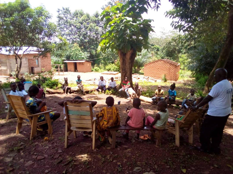 Unos niños escuchan un programa educativo en Radio Lego ti la Ouaka, en Bambari, República Centroafricana.