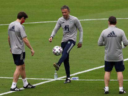 Luis Enrique (c), durante el entrenamiento en el estadio de La Cartuja de Sevilla, donde este miércoles se enfrentan España y Kosovo. EFE/Julio Muñoz