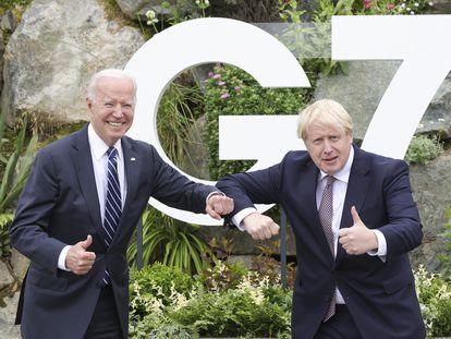 Joe Biden y Boris Johnson se saludan este miércoles en Carbis Bay, en Cornualles.