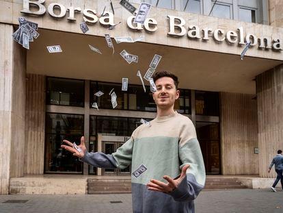 David Riudor juega con billetes falsos frente a la Bolsa de Barcelona.