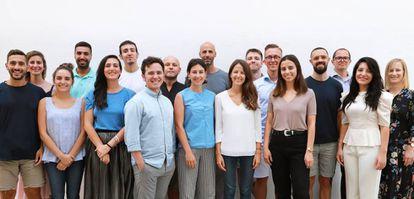 Equipo de Tapp Water, con Alexander Schwarz, (en la segunda fila, el quinto desde la izquierda) y Rocío Alcocer (delante de él, con camiseta blanca).