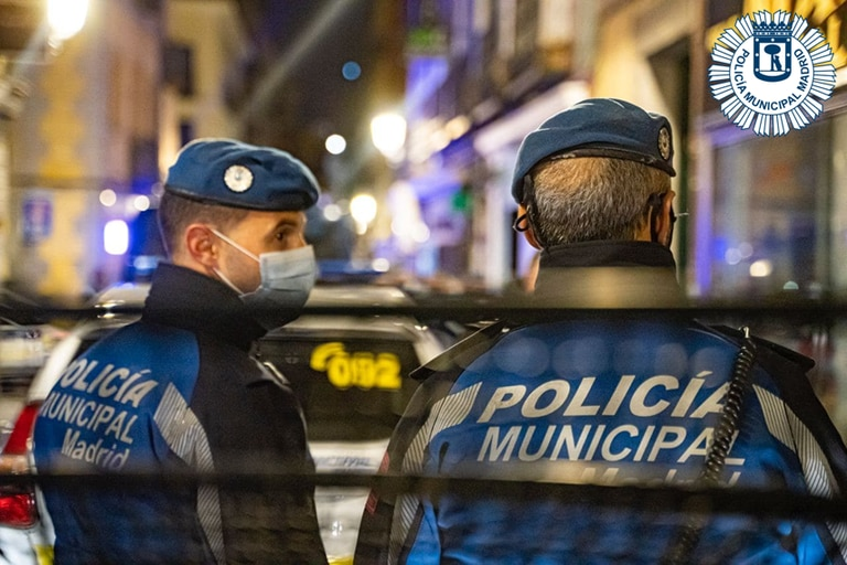 Policías municipales de Madrid, durante la vigilancia de fiestas ilegales.