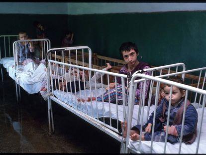 Los niños eran abandonados por sus padres y apenas atendidos en los orfanatos rumanos. Imagen tomada en mayo de 1990.