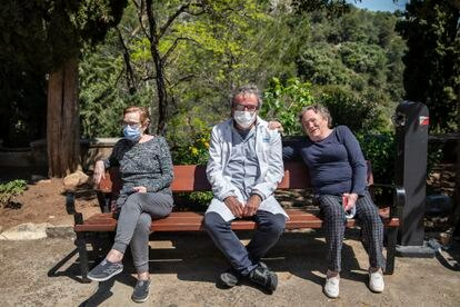 Mari Carme, (izquierda), viuda de un enfermo, el doctor José Ramón Gómez y Maruja García, antigua enferma de lepra, en el sanatorio de Fontilles.