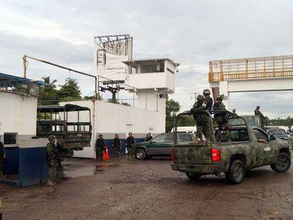 Militares vigilan este lunes el puerto de Lázaro Cárdenas.