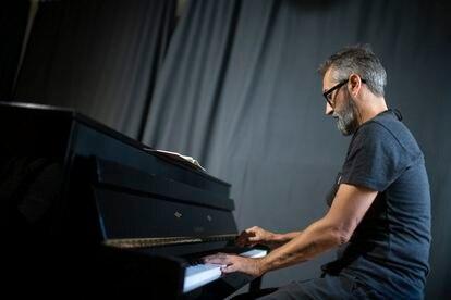 El pianista Alejandro Pelayo durante el ensayo de la banda de música Marlango en Lavapiés.