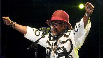 Papa Wemba, canta en un concierto celebrado en París en 2006.