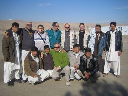 Rashid (a la derecha, agachado), en una imagen cedida con personal de la Agencia Española de Cooperación Internacional para el Desarrollo, en la provincia afgana de Badghis en 2008.