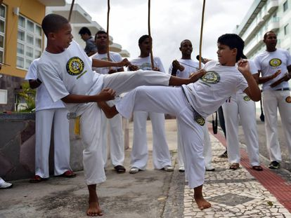 Niños pequeños realizan el arte marcial brasileño de Capoeira