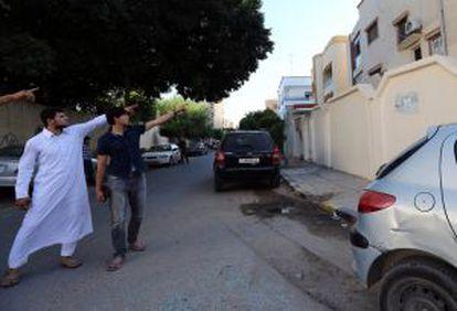 Dos hijos del terrorista Al Libi muestran en Trípoli el lugar donde fue capturado el sábado.