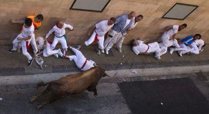 El primer encierro de los Sanfermines, protagonizada por los Jandilla, termina con tres heridos por asta de toro.