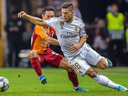 Luka Jovic trata de superar a Nagatomo en el partido contra el Galatasaray en Estambul.