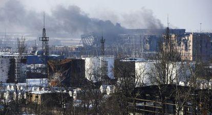 Columna de humo saliendo del aeropuerto de Donetsk, este jueves.
