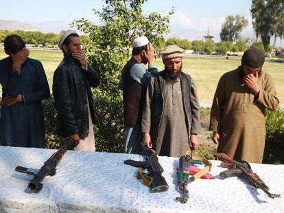 Excombatientes talibanes entregan sus armas este domingo en Jalalabad.