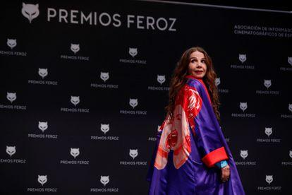 La actriz Victoria Abril posa para los reporteros durante la rueda de prensa convocada con motivo de la concesión a la actriz del Feroz de Honor 2021.
