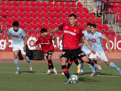 Budimir marca de penalti el 1-0 durante el encuentro entre el Mallorca y el Celta.