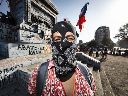 Mujeres chilenas confeccionan sus capuchas como símbolo de su protesta por la igualdad.