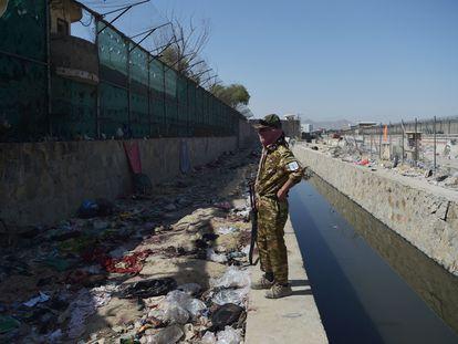 Restos de ropa ensangrentada tras el atentado a las puertas del aeropuerto de Kabul, este jueves, junto a un talibán.
