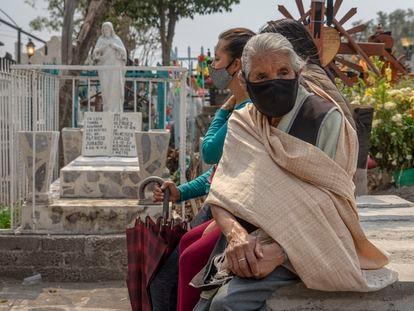 Asistentes al entierro de Uri Robledo, en San Andrés Mixquic.