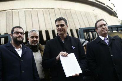 Pedro Sánchez (centro), el pasado 4 de febrero, antes de presentar el recurso contra la Ley de Propiedad Intelectual en el Constitucional.