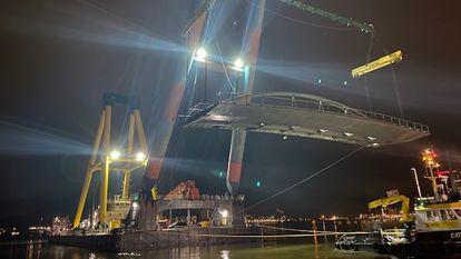 El puente 2274 de Ámsterdam, en el momento de ser retirado.