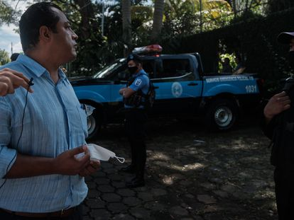 El líder opositor Félix Maradiaga encara a policías que lo acosan y vigilan todos sus movimientos.