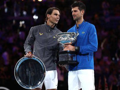 Nadal y Djokovic, con los trofeos de subcampeón y campeón de Australia.