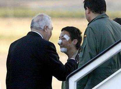 El ministro de Asuntos Exteriores, Miguel Ángel Moratinos, recibe en la base aérea de Torrejón a una de las heridas en Yemen.