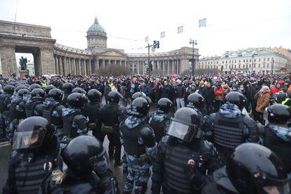 Policías y manifestantes durante una protesta contra la detención del opositor Alexéi Navalni en San Petersburgo, en Rusia.