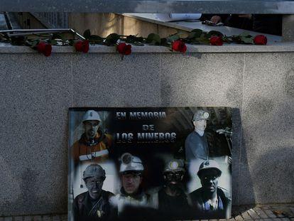 Homenaje a los mineros fallecidos en la entrada de los juzgados de León, este lunes.