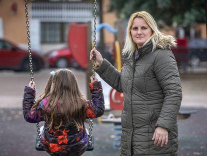 Mercedes Defez, con su hija Lara, que tiene autismo, en Silla (Valencia).