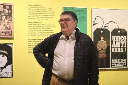 El diseñador gráfico América Sánchez, durante la inauguración de su exposición en el Palau Robert de Barcelona.