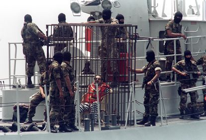 Abimael Guzman, expuesto en una jaula, en abril de 1993.