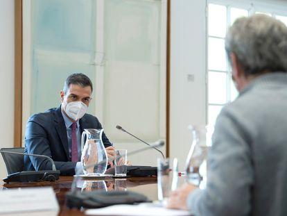 El presidente del Gobierno, Pedro Sánchez, preside una reunión del Comité de Seguimiento del Coronavirus junto al director del Centro de Coordinación de Alertas y Emergencias Sanitarias, Fernando Simón (de espaldas), este lunes en Madrid.
