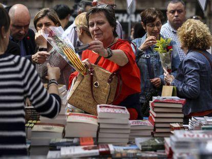 Una mujer adquiere un libro en una parada de Sant Jordi del año pasado, en Barcelona.