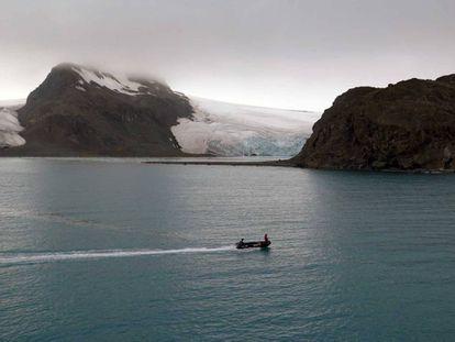 Una zódiac española navega por la costa de isla Livingston, en la península Antártica.