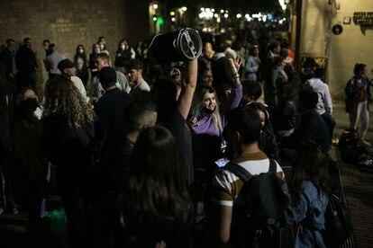 En la imagen, jovenes con un altavoz de fiesta en el fossar de les Moreres en el barrio del Born el primer viernes con bares abiertos por la noche.