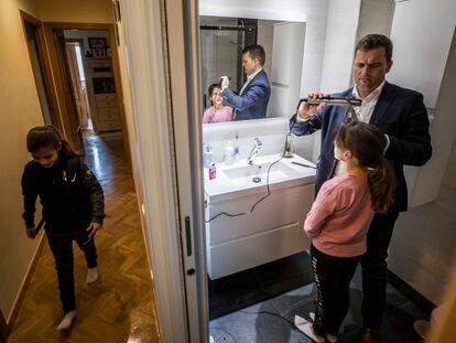 Un padre prepara a sus hijas y las acompaña a actividades extraescolares en Madrid.