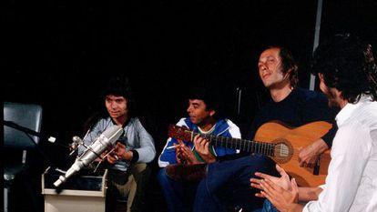 Camarón (i), Paco de Lucia (2d) y Tomatito (d), durante la grabación del disco 'Como el agua'