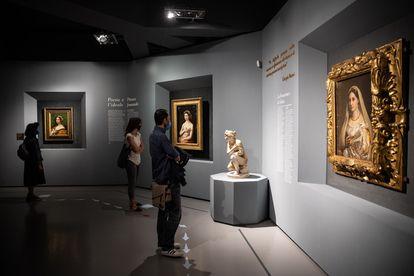 Varios visitantes en la reapertura de la exposición de Rafael en las Escuderías del Quirinale, en Roma.
