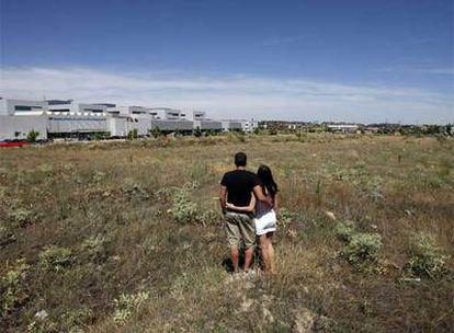 La falta de viviendas y las hipotecas interminables lastran la emancipación de los treintañeros.