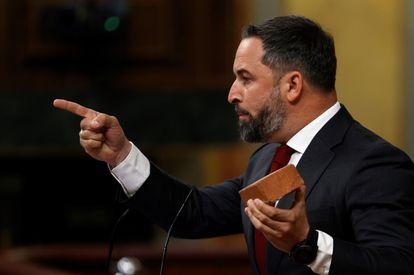 El líder de Vox, Santiago Abascal, enseña un adoquín durante su intervención este miércoles en el Congreso de los Diputados.