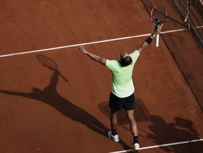 Nadal celebra su victoria contra Schwartzman en la central de París.