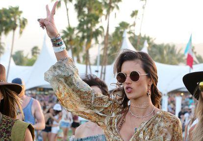 La modelo Alessandra Ambrosio en el Festival de Coachella de 2015.