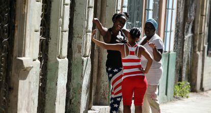 Mujeres conversando en una calle de La Habana.