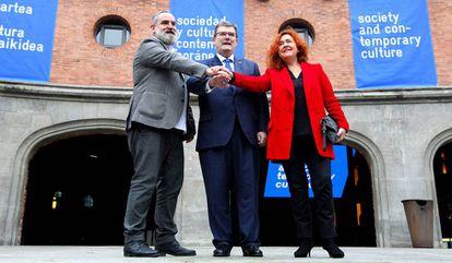 El director de Azkuna Zentroa, Fernando Pérez, a la izquierda, con el alcalde de Bilbao, Juan Mari Aburto y la concejala de Cultura Nekane Alonso.
