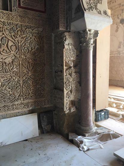 Atauriques ya encajados en el interior del Salón Rico de Medina Azahara.